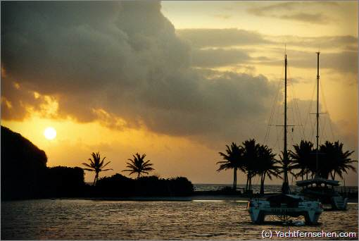 Karibik: Sonnenaufgang hinter Mayreau, St. Vincent and the Grenadines - by Yachtfernsehen.com